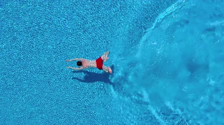 nurkowanie : View from the top as a man dives into the pool and swims under the water Wideo