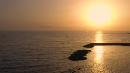 kanarya adaları : Aerial view of surface of the Atlantic Ocean on the background of a beautiful sunset. Yacht returns to the marina Stok Video