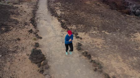 versenypálya : Aerial view of woman runnning along the nature reserve. Healthy active lifestyle Stock mozgókép
