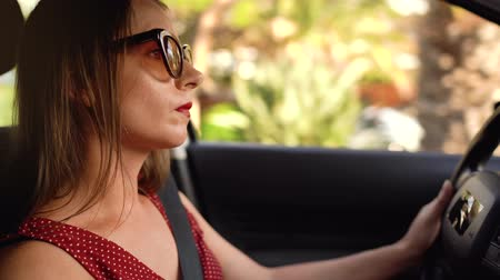 vítr : Woman in sunglasses driving a car, beautiful scenery and sunset outside Dostupné videozáznamy