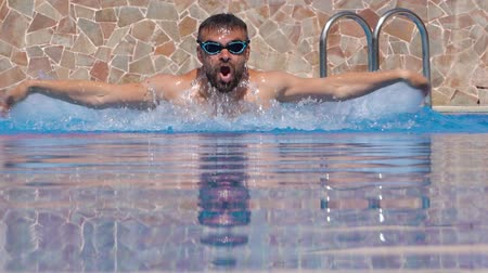 nadador : Swimmer doing the butterfly stroke in the swimming pool in slow motion
