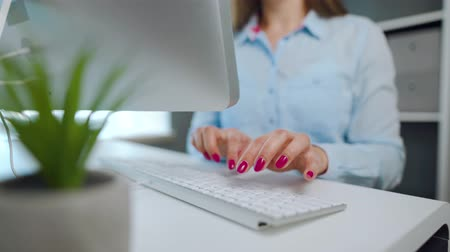 tırnak : Female hands with bright manicure typing on a computer keyboard