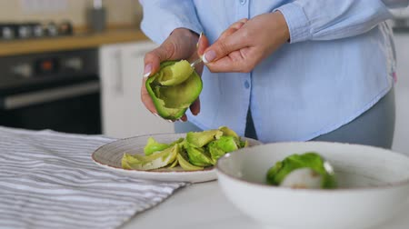 тост : Time lapse of preparation avocados for use - separates the pulp from the skin with a spoon