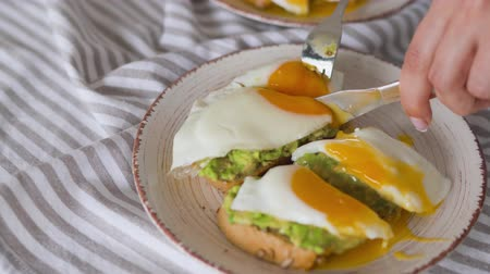 poached egg : Slicing toast with avocado and egg. Healthy vegan breakfast. Stock Footage