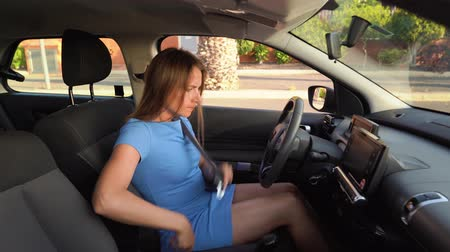gooien : Woman in blue dress is angry and upset, because her car broke down Stockvideo