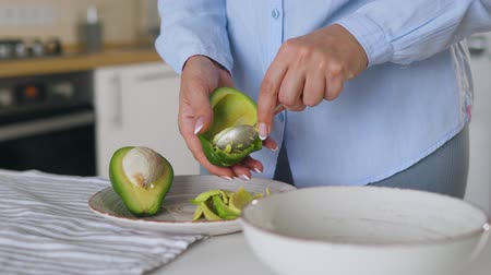 separação : Preparation avocados for use - separates the pulp from the skin with a spoon