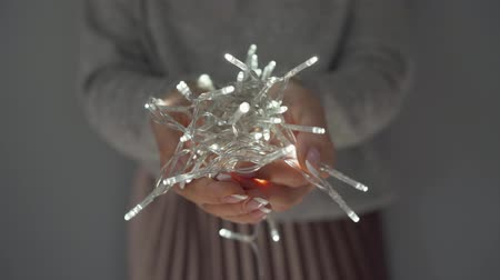 фон : Woman holds white christmas garland in hands close up Стоковые видеозаписи