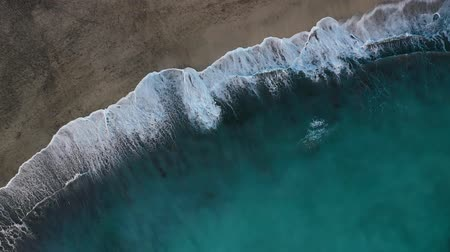 sopečný : Top view of the desert black beach on the Atlantic Ocean. Coast of the island of Tenerife. Aerial drone footage of sea waves reaching shore