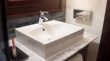 lavatório : Interior view of a modern bathroom and washbasin
