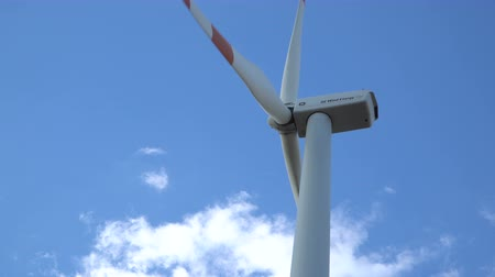 nuvem : Eco power. Wind turbines generating electricity. Vídeos