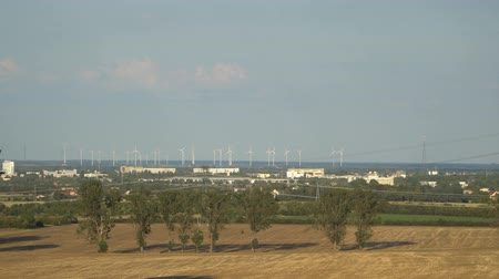 chmury : Eco power. Wind turbines generating electricity. Wideo