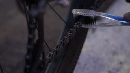 детали : Working hands repairing bicycle. Bike parts.