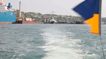 náutico : Trace of a cruise boat in the Bay of Sevastopol