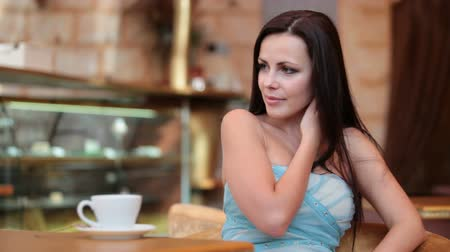 kávé : beautiful woman drinking coffee in a coffee shop