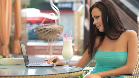 кофе : Beautiful Young woman Using Laptop at Outdoor Cafe