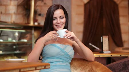xícara de café : young woman in a coffee shop Stock Footage