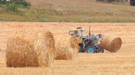 cereais : Tractor and hay bale in a cut field