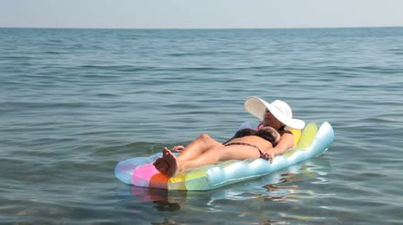 inflável : Female lying on  inflatable float