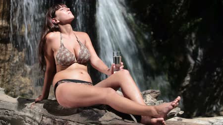 calor : drinking fresh water  by the waterfall