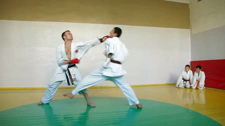 каратэ : Martial Arts sport training in gym