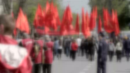 desfile : crowd at a street demonstration with red flags