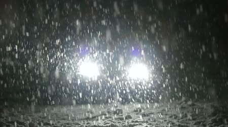 kar fırtınası : Snow falls on the road in the headlights