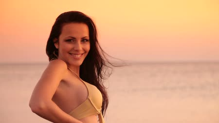 posando : Woman in bikini at sunset Stock Footage