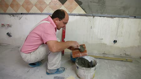 шпатель : applying mortar to ceramic tile