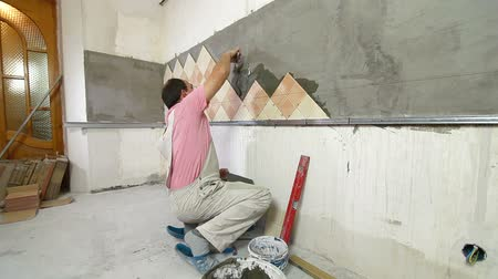 шпатель : Man Tiling A Wall