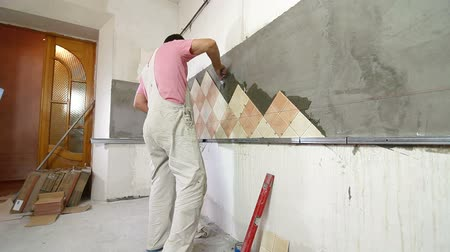 шпатель : Installing Tiles - Applying mortar to wall