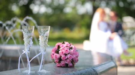diferansiyel odak : bridal bouquet and two glasses of champagne