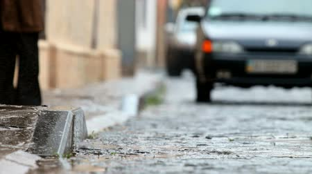 parke taşı : car on wet cobbled road