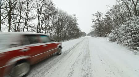 морозный : car on a country road in winter