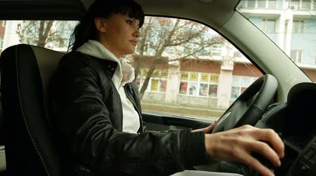 perfil : woman driving a car