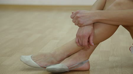 dança : female feet in ballet slippers