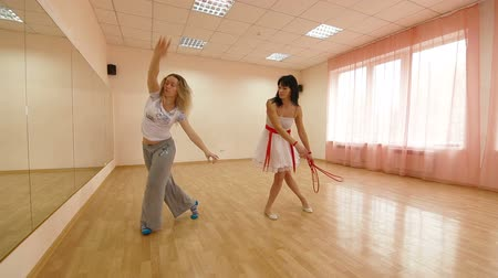 Пол : dancer with choreographer practiced in contemporary dance Стоковые видеозаписи