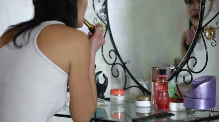 ruj : Woman refresh makeup at home
