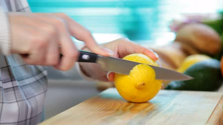 cytryna : Women hands sliced lemon Wideo