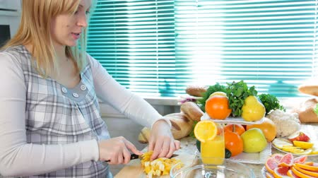 diety : Pregnant woman cutting orange Dostupné videozáznamy