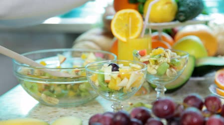 miska : preparing fruit salad