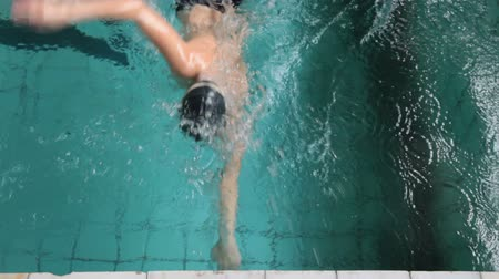 juventude : teenager practicing in a swimming pool