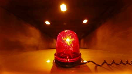 karetka : Car With Red Emergency Light Driving Through A Tunnel Wideo
