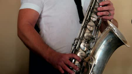 saxofone : The jazz musician plays on a saxophone Stock Footage