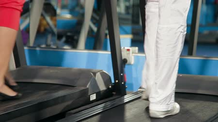 exercícios : Exercising In The Gym On Treadmill