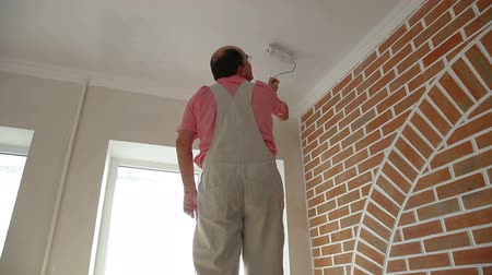 decorador : Man painting the ceiling
