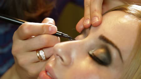 pędzel : Young Woman Having Eye Makeup Applied