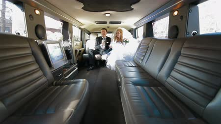 limusina : Pareja joven Just Married Dentro de Limo