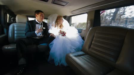 interno auto : Just Married Couple Giovane Dentro Limo