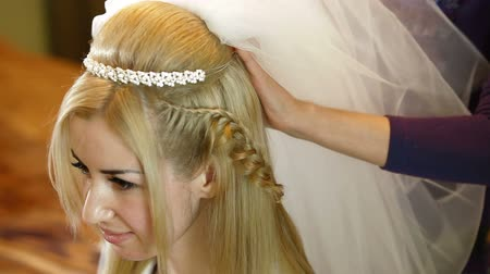 blond vlasy : Preparing For Wedding - Putting On The Veil Dostupné videozáznamy