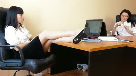 ленивый : Business Women Are Relaxing At The Office Стоковые видеозаписи
